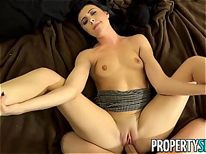 Pretty realtor babe pokes home buyer