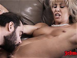 Mature stunner Cherie Deville wedges cock-squeezing cooter with sausage